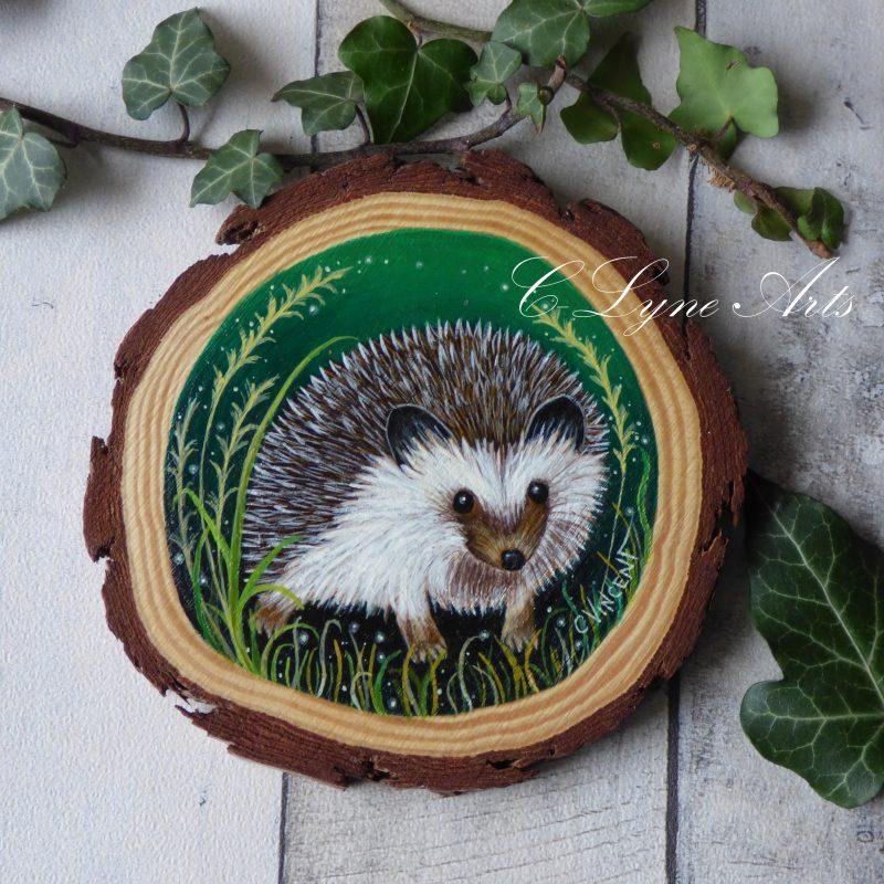 herisson peint sur une tranche de bois