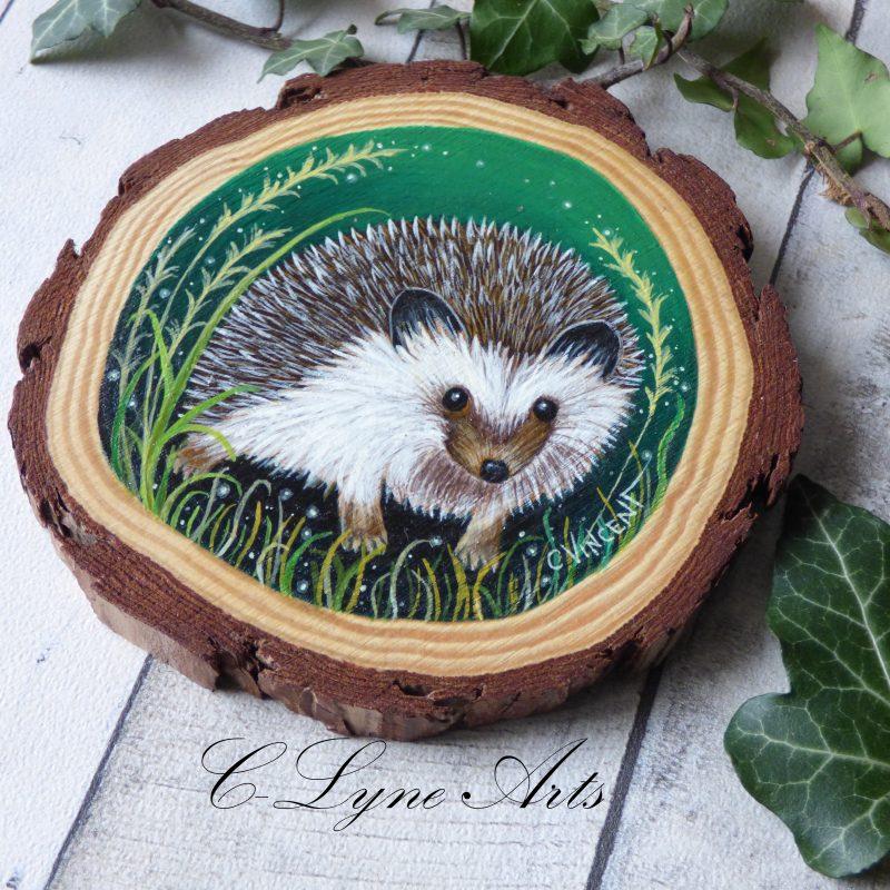 herisson peint à la main sur une tranche de bois