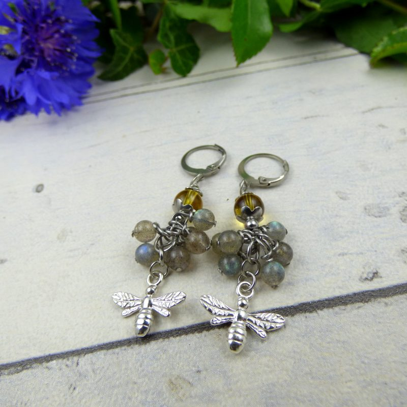 bijou, boucles d'oreilles en pierres avec des abeilles