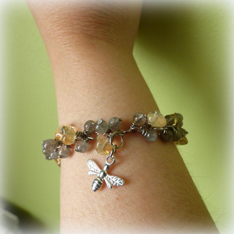 bracelet en pierre de labradorite et citrine avec une abeille