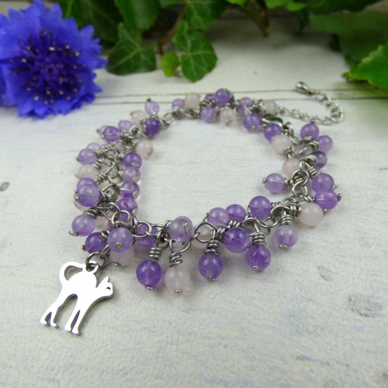 bracelet artisanal en pierre naturelle d'amethyste et un chat en acier