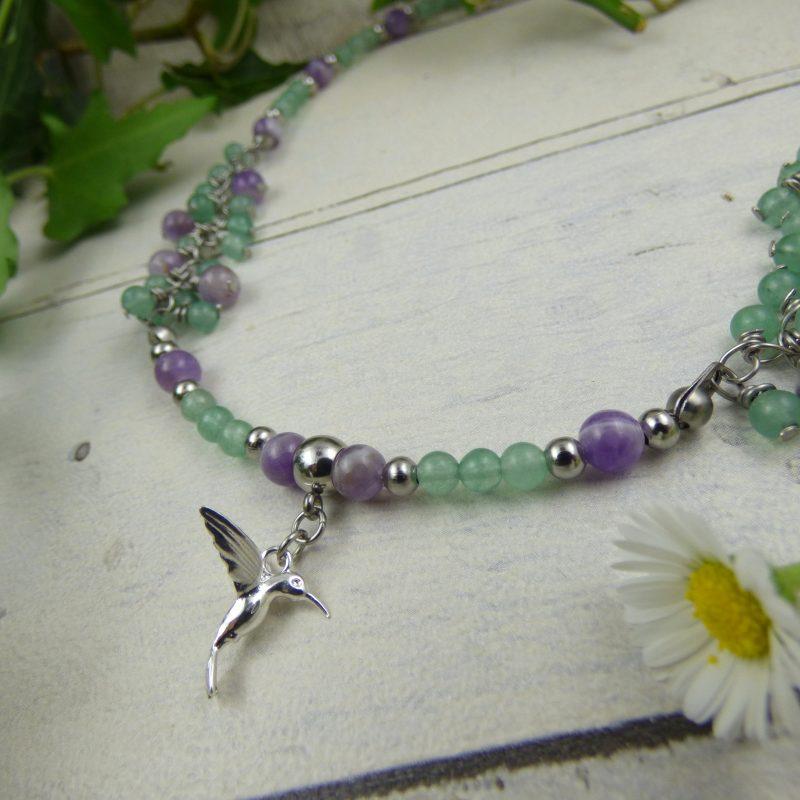 collier en pierres naturelles d'aventurine et amethyste, avec un colibri