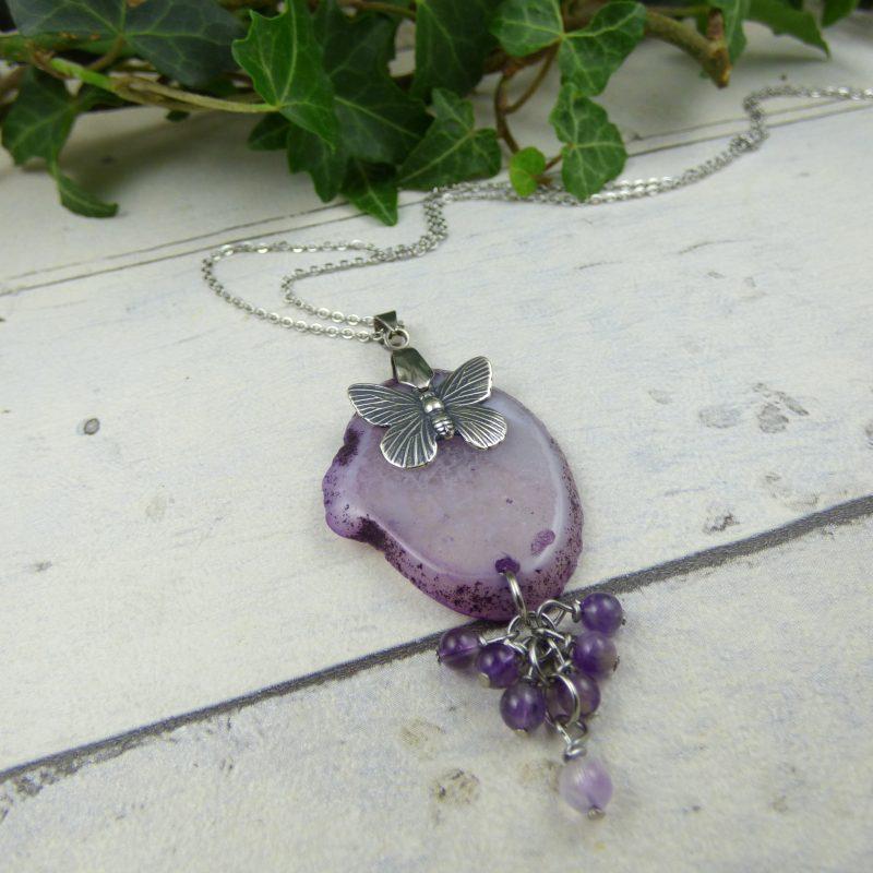 pendentif inspiration feerique en pierre d'agate violette avec un papillon