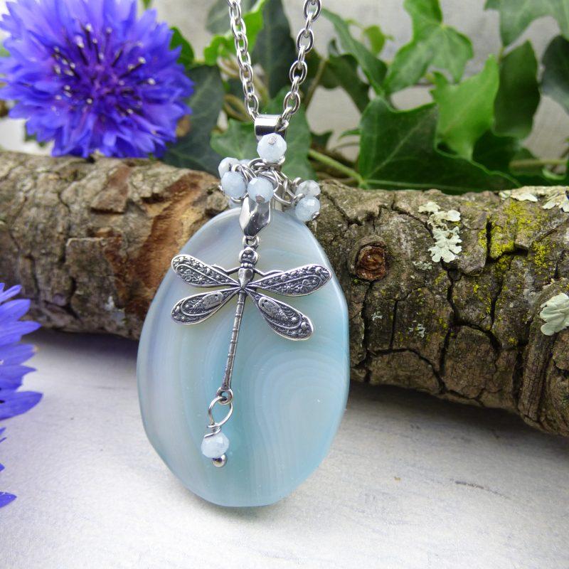 pendentif elfique en pierre naturelle d'agate avec une libellule