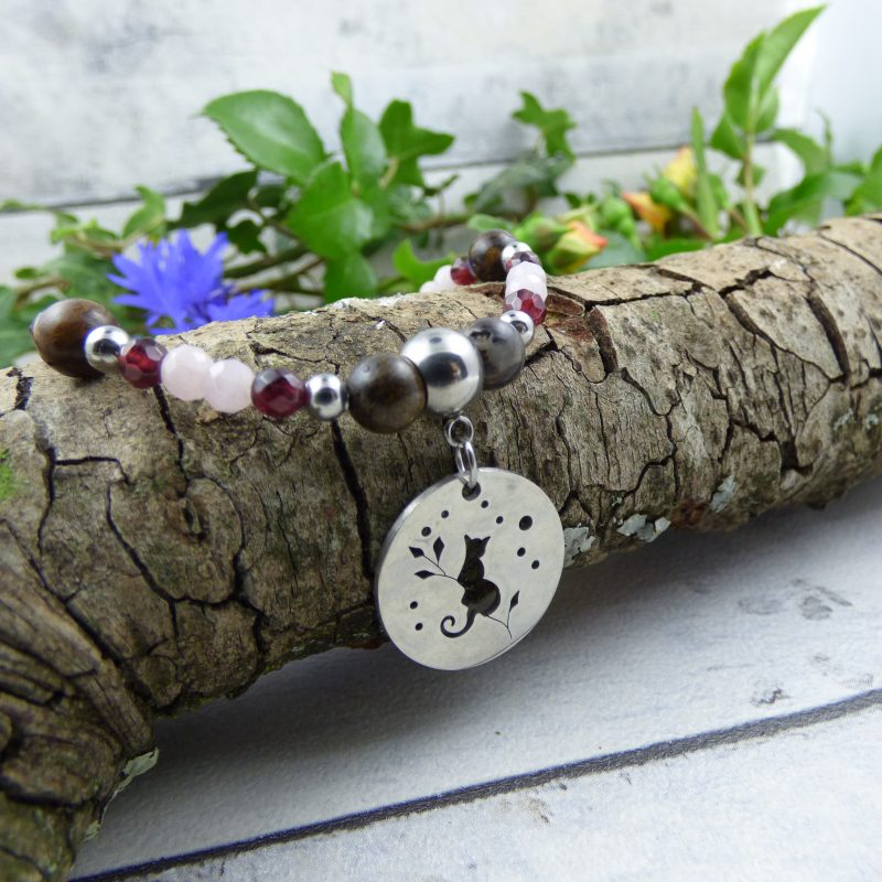 bracelet en pierres avec un chat feerique