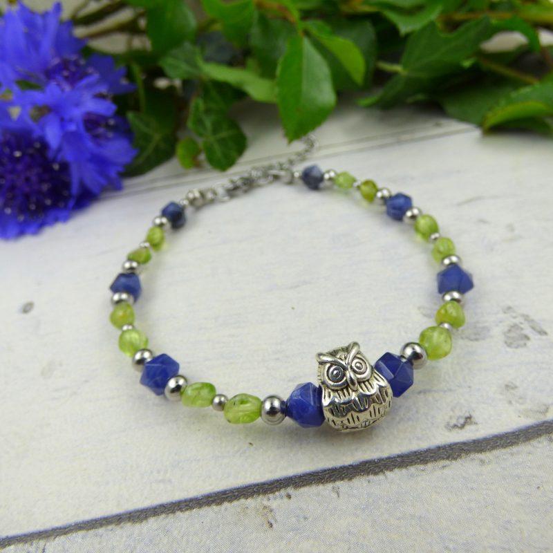 bracelet fait main en pierre avec un hibou sur tronc d'arbre