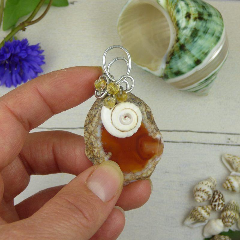 pendentif en pierre d'agate silice orange et coquillage
