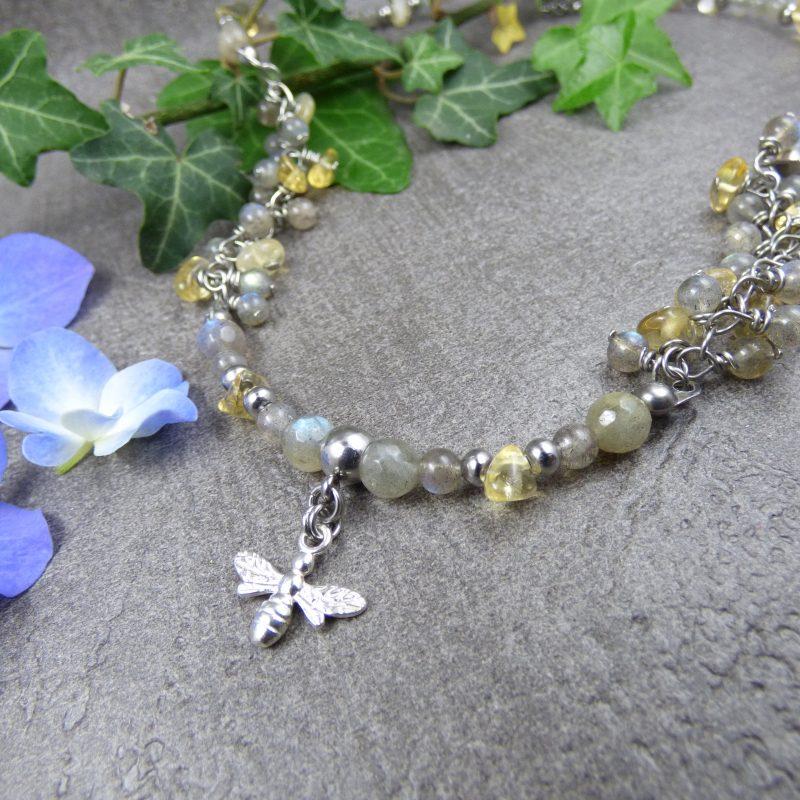 collier artisanal en pierre avec une abeille