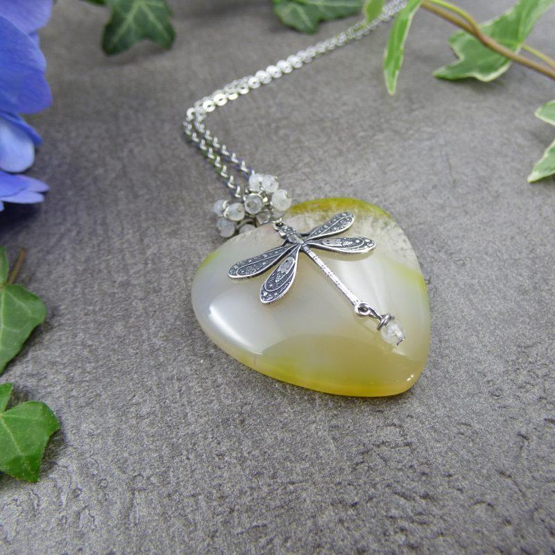 bijou feerique en pierre d'agate avec une libellule