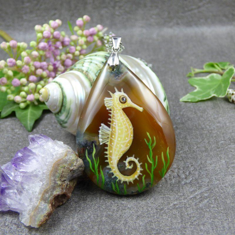 pendentif en pierre avec un hippocampe peint à la main