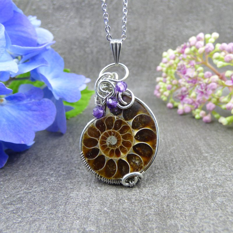 bijou artisanal en ammonite, tissage wire wrapping
