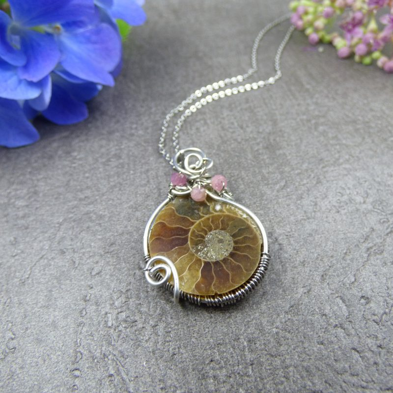 bijou feerique en ammonite, tissage wire wrapping