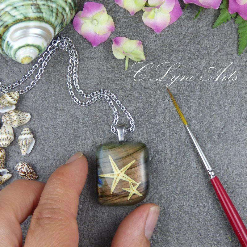 etoile de mer peinte à la main en miniature sur une labradorite