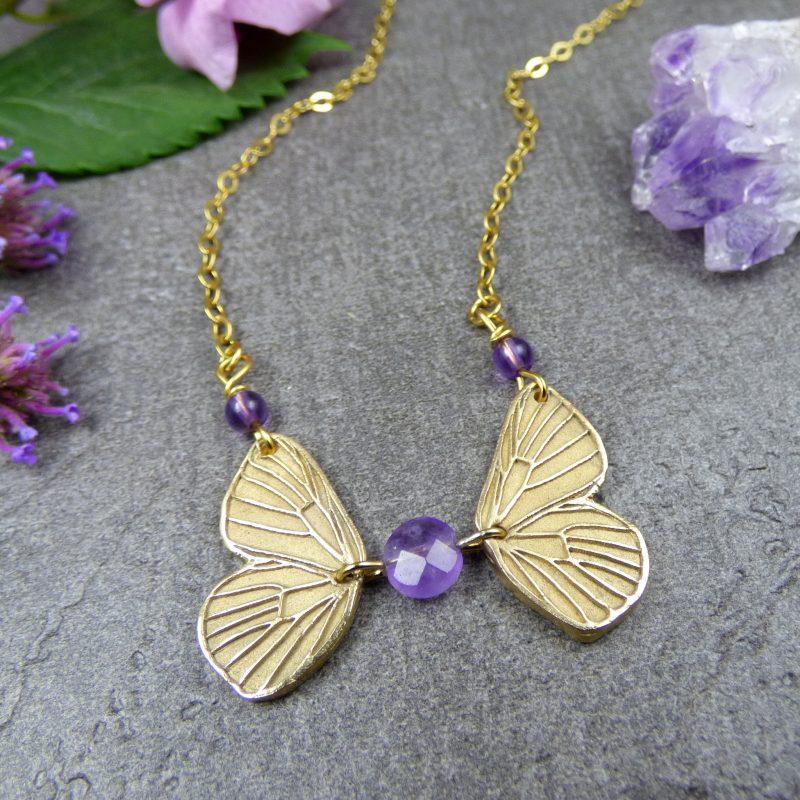 collier artisanal en pierres naturelles et ailes de fees
