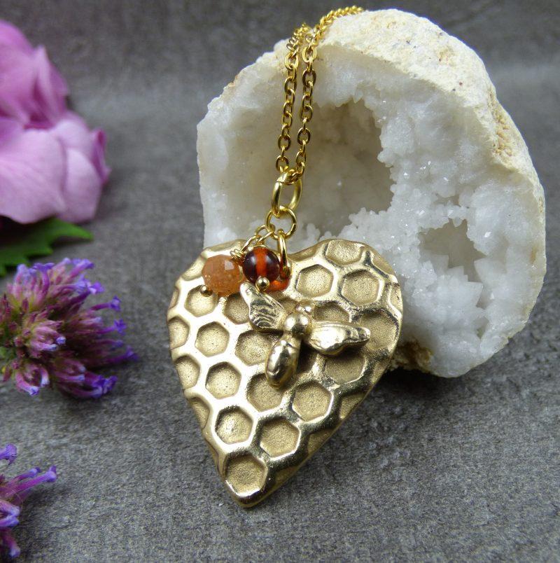 bijou artisanal avec une abeille et alvéoles en bronze