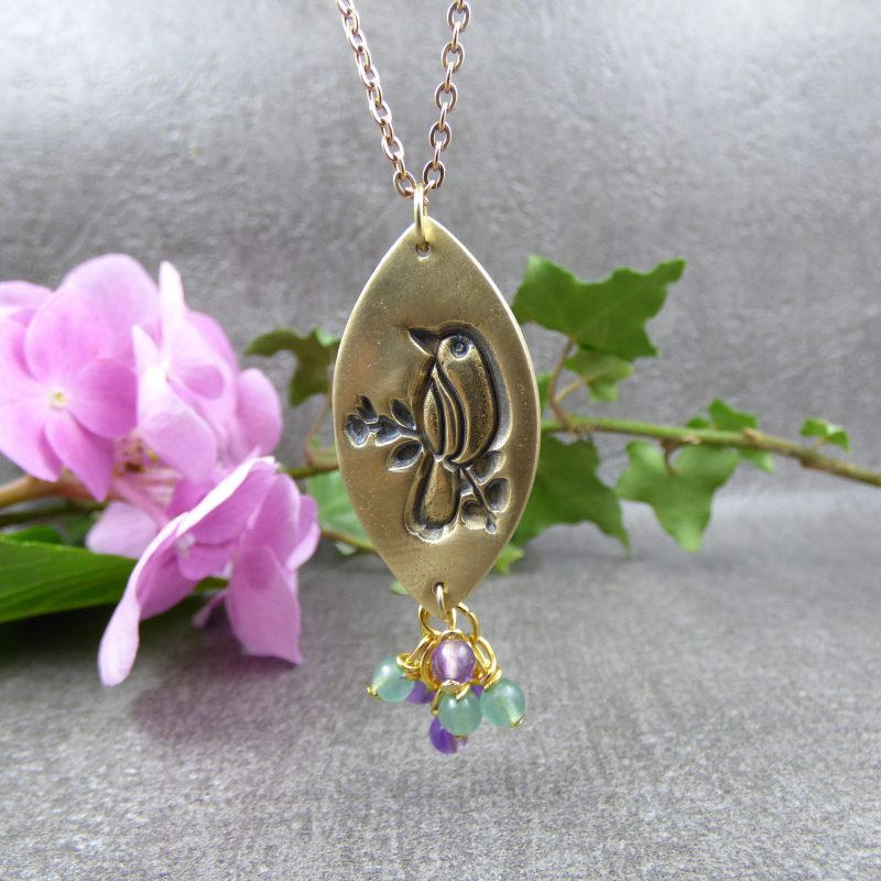 pendentif fait main avec un oiseau en bronze