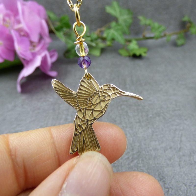 pendentif fait main avec un colibri de couleur dorée