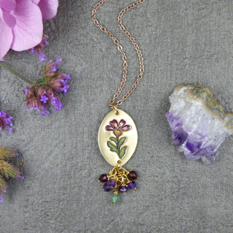 bijou artisanal avec une fleur, médaillon en bronze doré