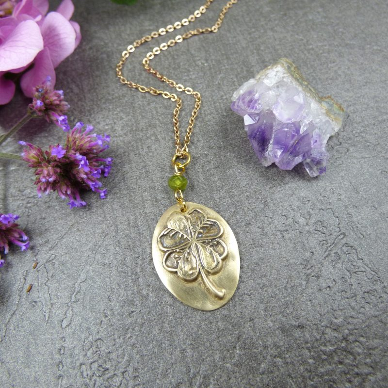 médaillon artisanal avec un trèfle en bronze doré