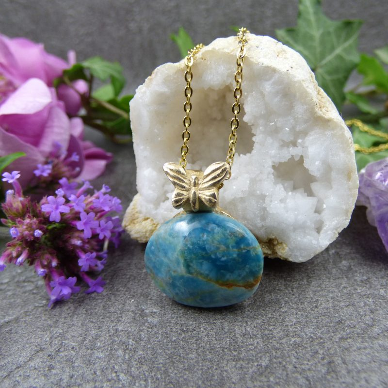 pendentif artisanal en apatite bleue avec un papillon