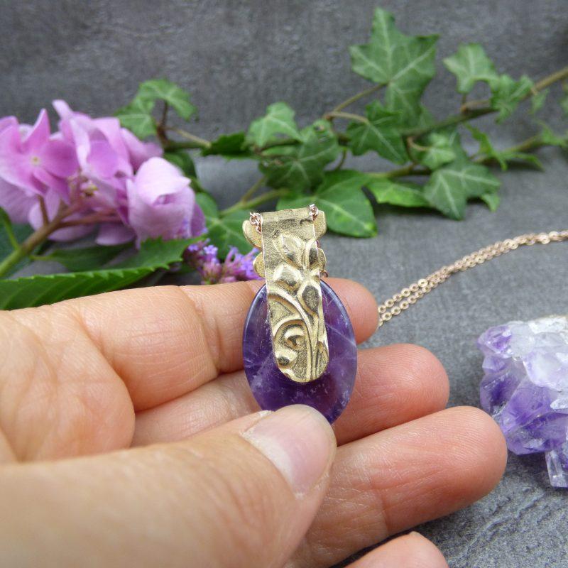 pendentif artisanal en amethyste avec un papillon