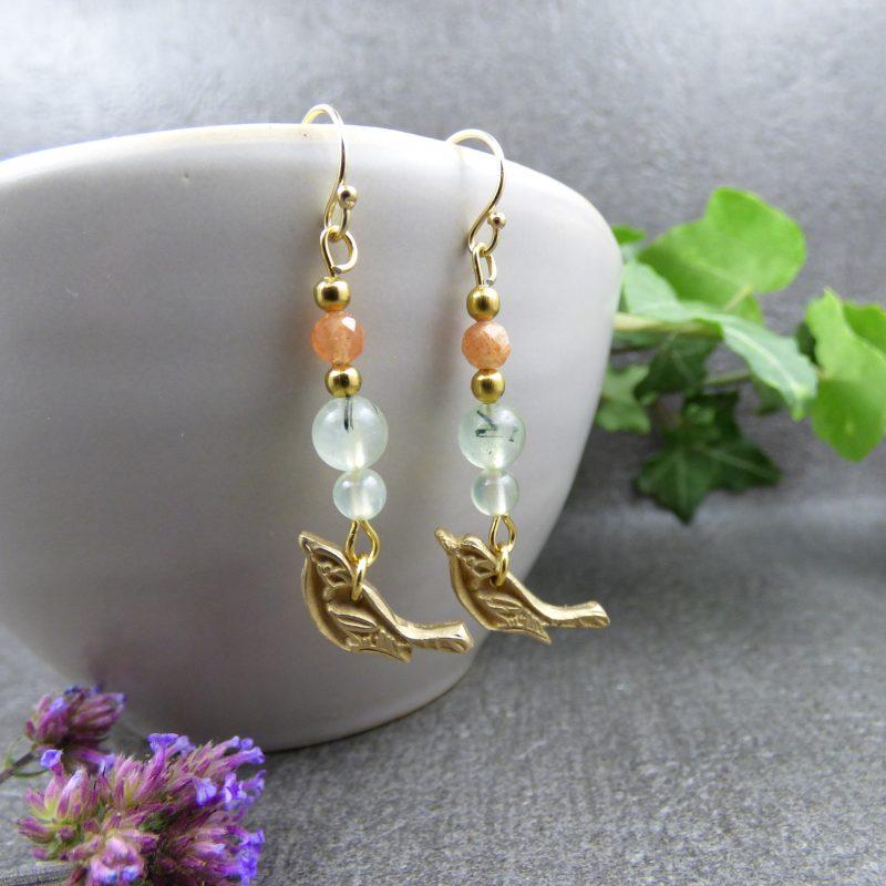 boucles d'oreilles artisanales en pierres naturelles avec oiseau