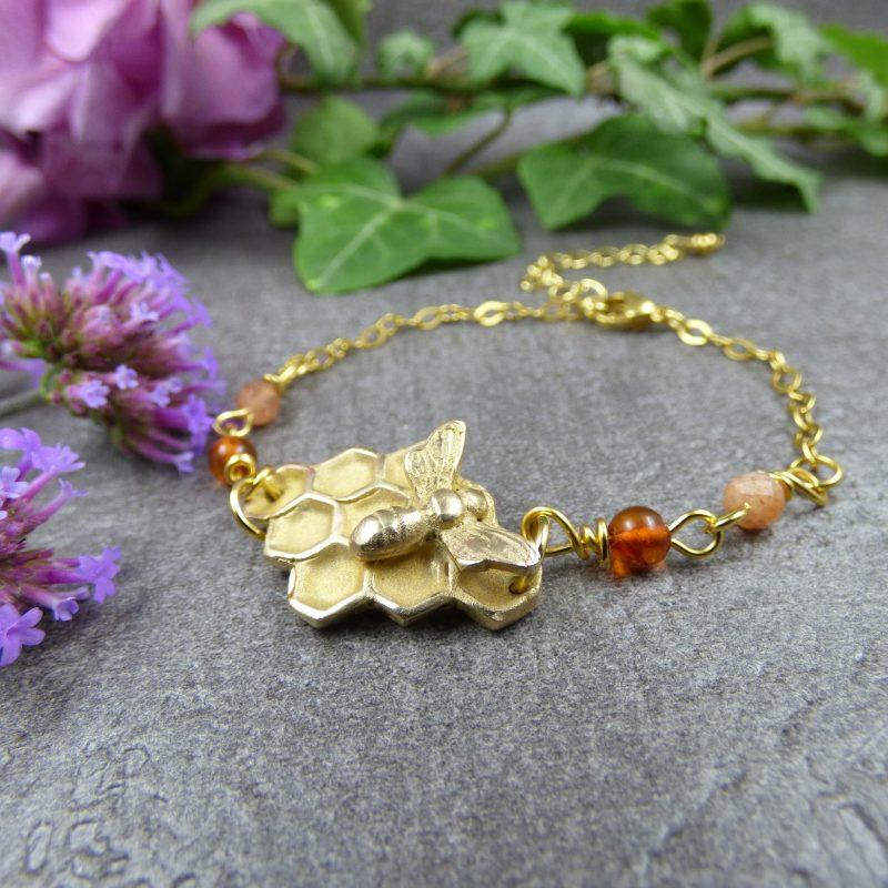 bijou artisanal avec abeille et alvéoles en bronze