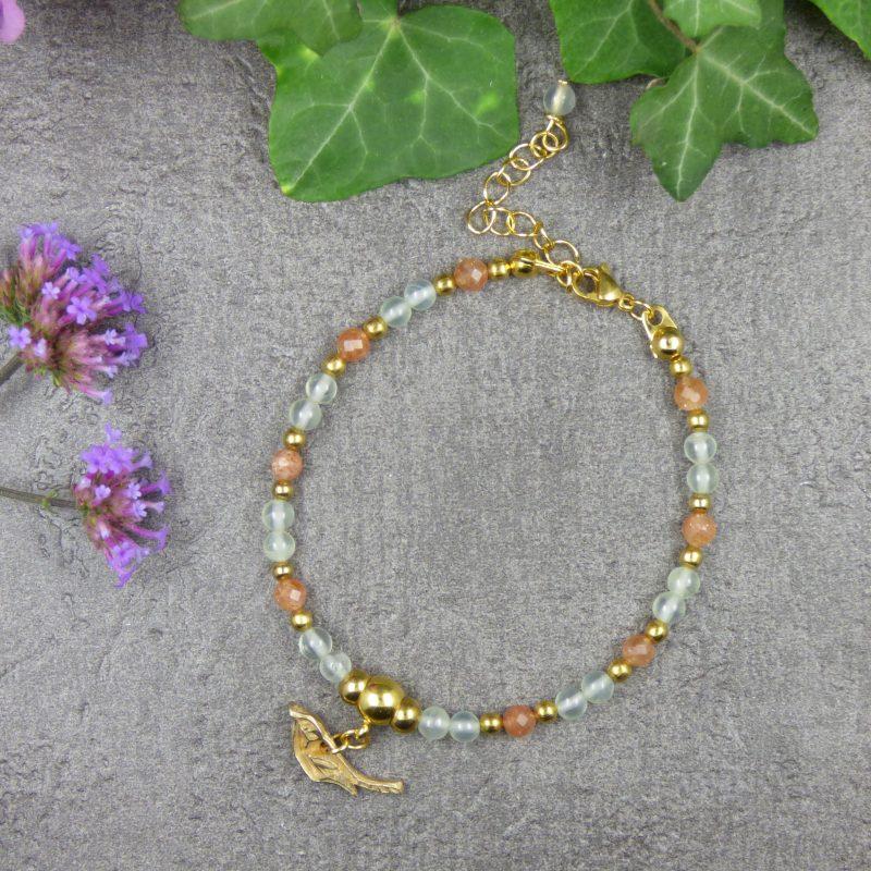 bracelet artisanal en pierres naturelles avec oiseau