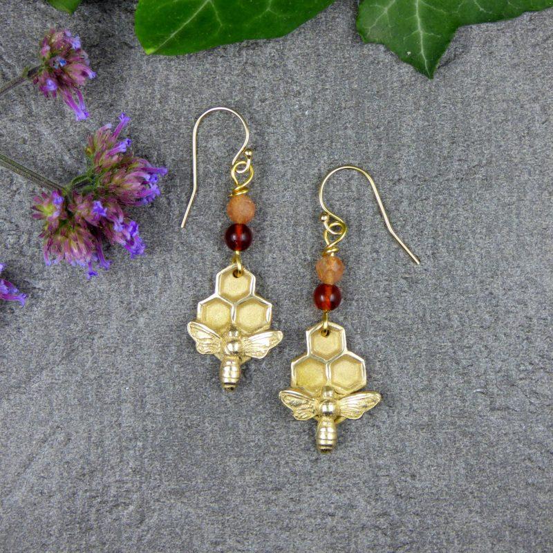 bijou artisanal avec une abeilles et alvéoles en bronze