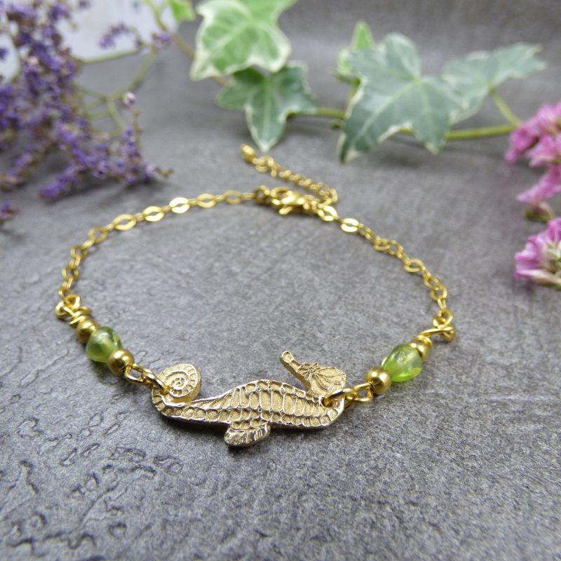 bijou artisanal en bronze dore avec un hippocampe