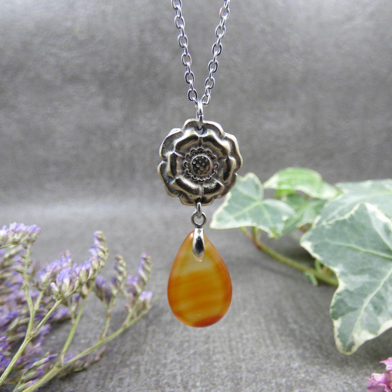 pendentif inspire de la nature avec fleur et pierre naturelle