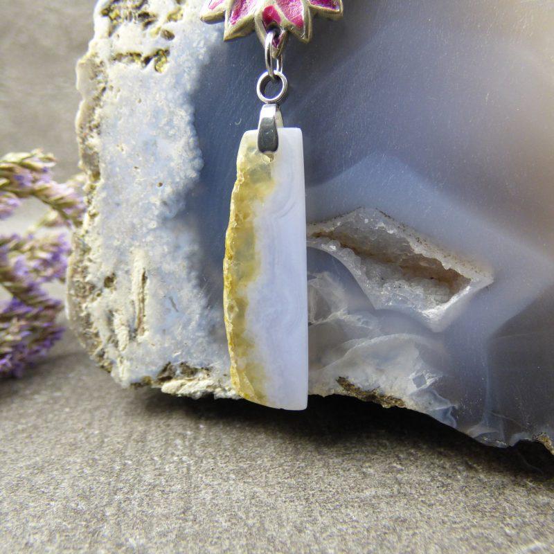 bijou artisanal en pierre naturelle avec fleur