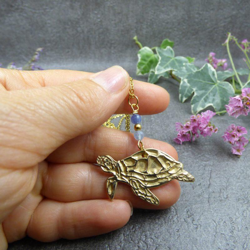 bijou avec une tortue de mer réalisé artisanalement
