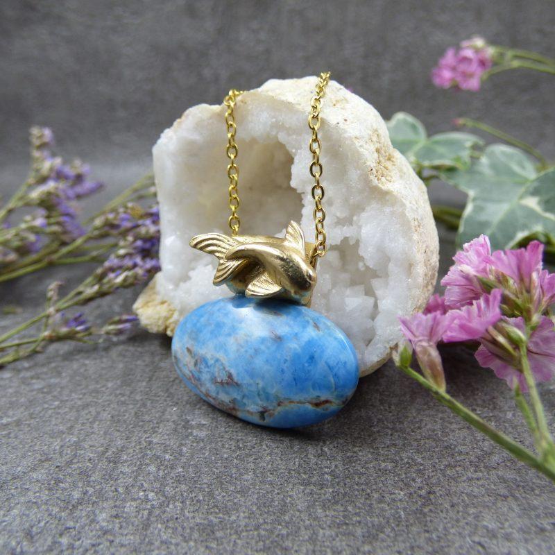 bijou artisanal en pierre avec une carpe koi