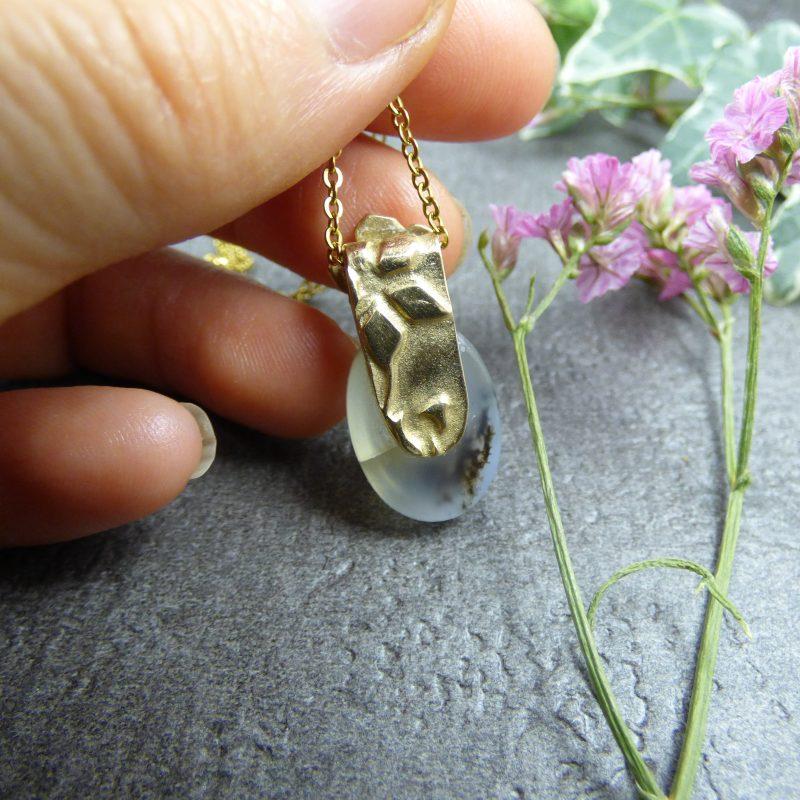 bijou en pierre naturelle d'agate mousse avec une fleur