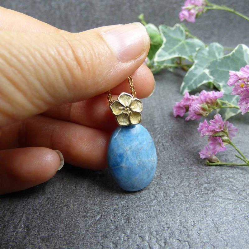pendentif artisanal avec une fleur et une pierre d'apatite