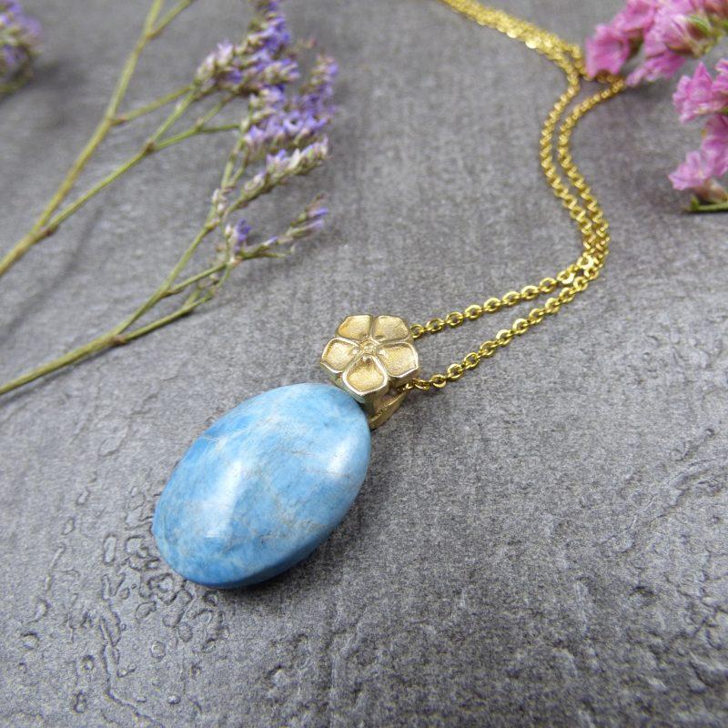 pendentif artisnala avec une fleur et une pierre d'apatite