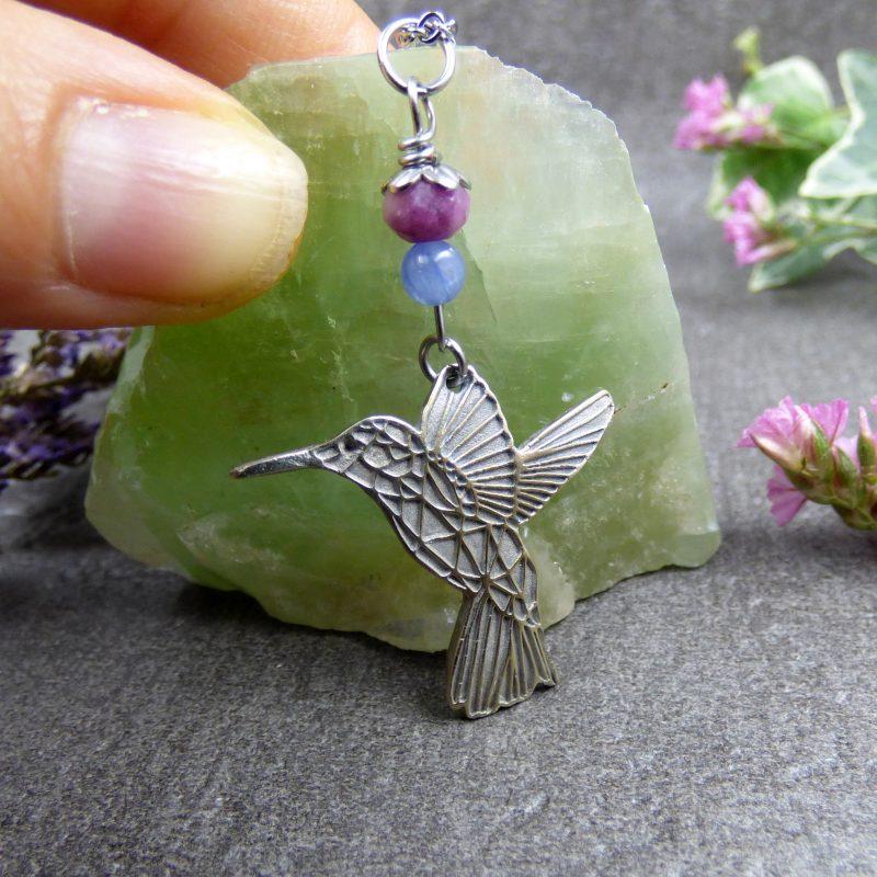 collier avec un colibri et pierres naturelles