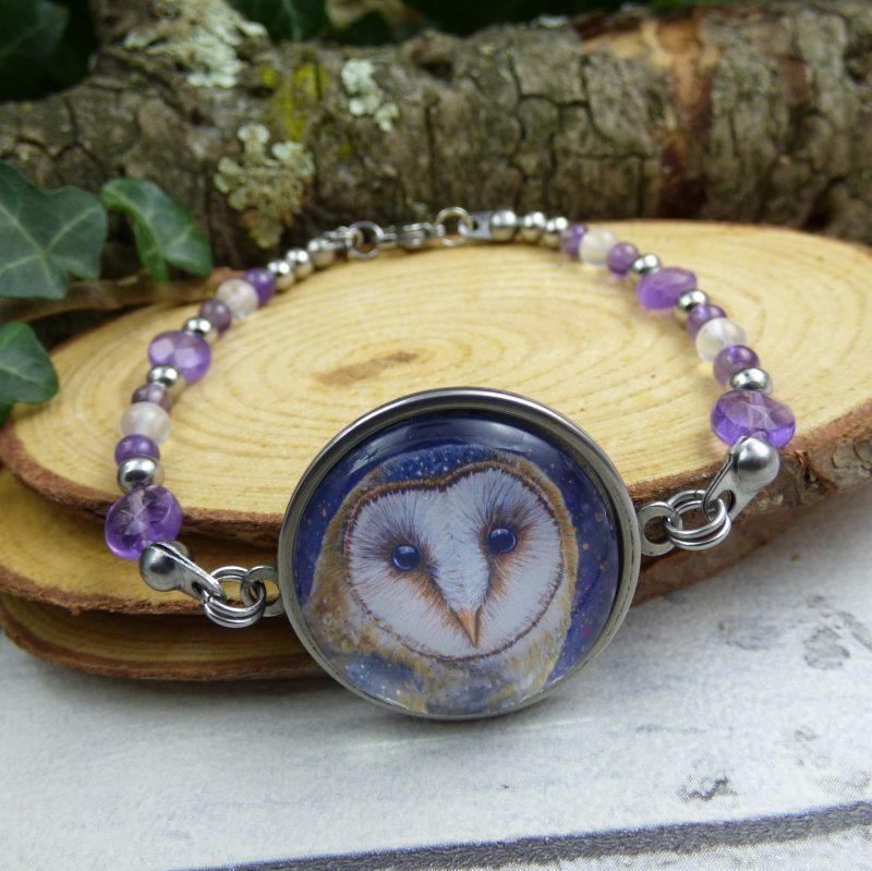 bracelet artisanal en pierre d'améthyste avec une chouette