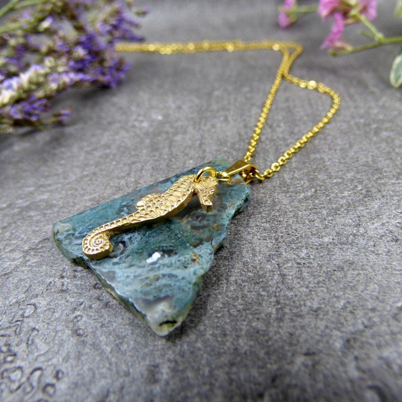 bijou avec un hippocampe et une pierre d'agate mousse