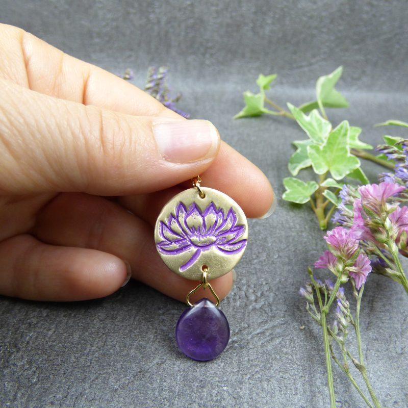 bijou-de-createur-avec un lotus gravé et une pierre naturelle