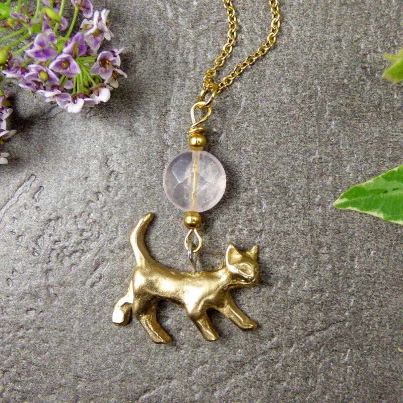 pendentif fait-main en pierre naturelle avec un chat
