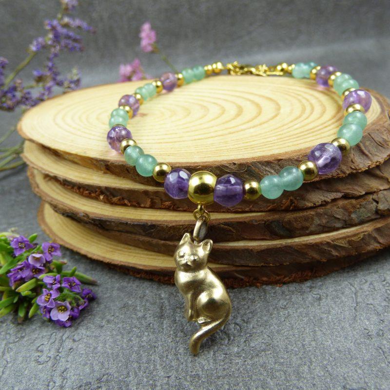 bracelet fait main en pierres avec un petit chat