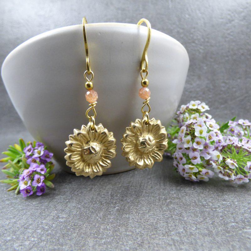 bijou artisanal avec des fleurs de tournesols et pierres fines