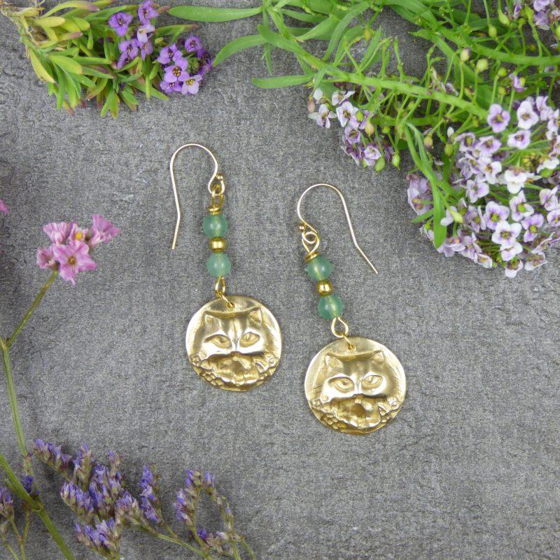 bijou de createur avec des tetes de chats et pierres naturelles