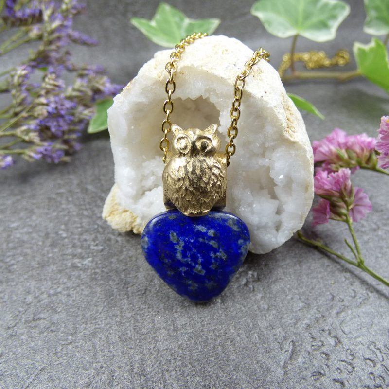 pendentif artisanal en lapis lazuli avec un hibou