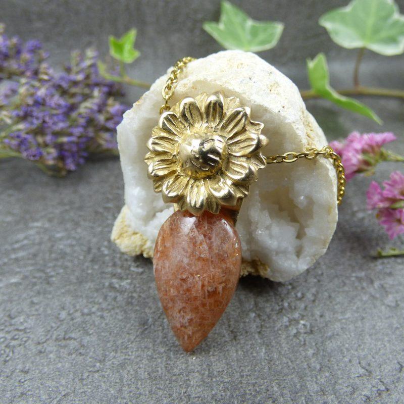bijou artisanal avec une fleur de tournesol et pierre de soleil