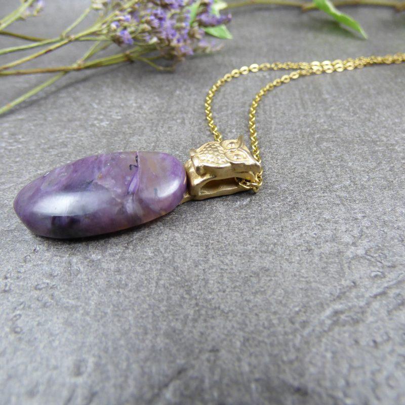 pendentif artisanal en pierre charoite avec un hibou