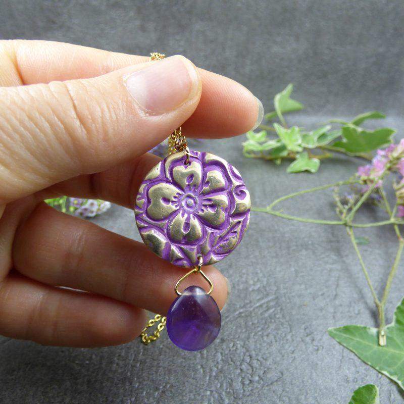 bijou-de-createur-avec une fleur gravée et une pierre naturelle