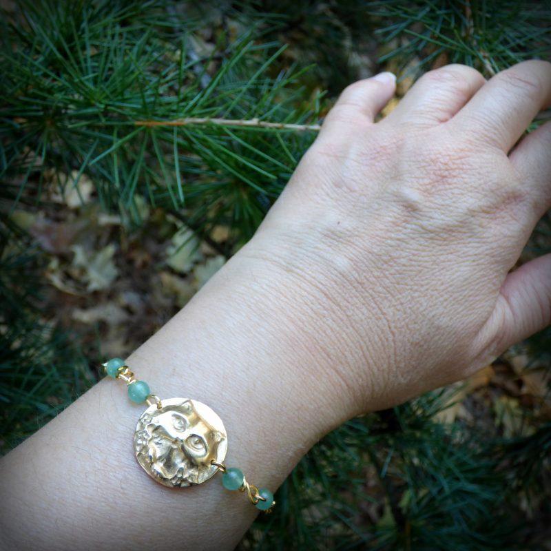 bracelet fait main en pierre naturelle avec une tete de chat